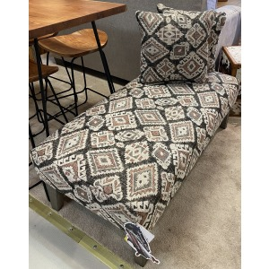 Linette Bench Ottoman W/2 Pillows